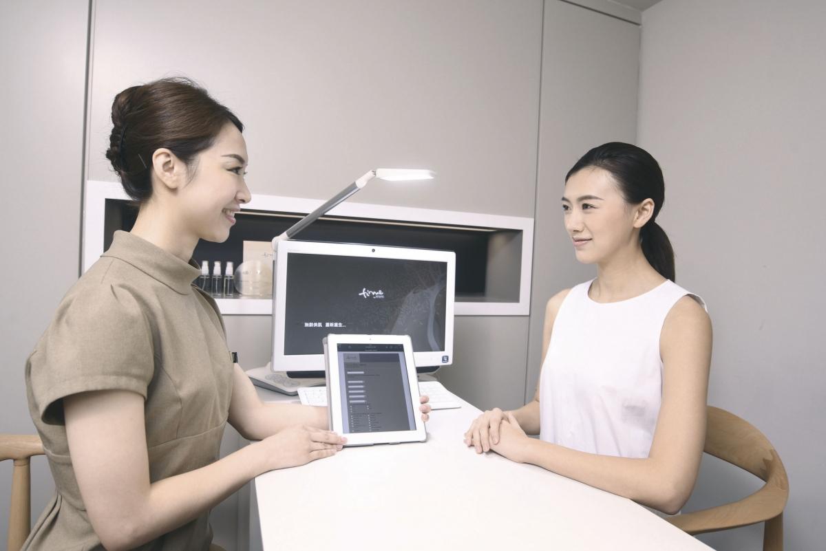 療程前,專業護膚顧問會作專業評測,為客人定制最合適的醫學美容療程方案。