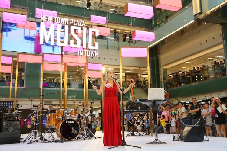 曾於大會堂、文化中心演出,也於酒吧表演過,上月於沙田的商場演出是人生第一次。