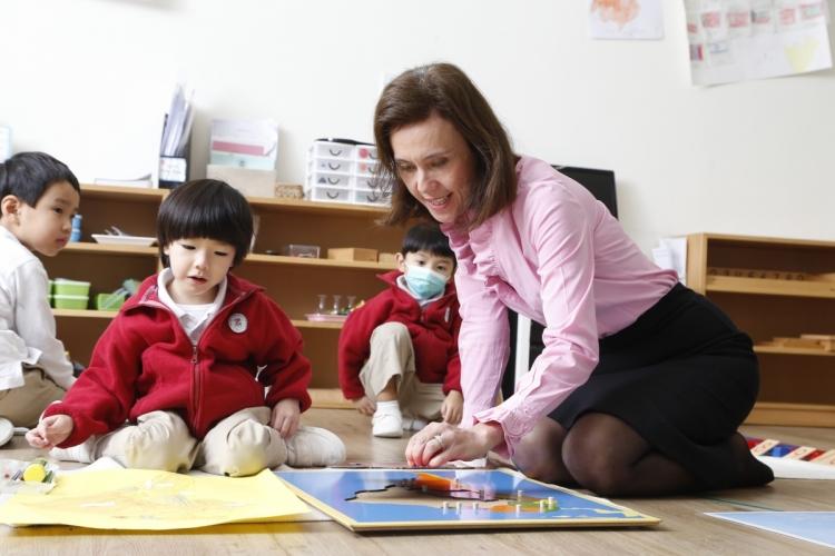 活用教具讓小朋友自主學習是蒙特梭利教學法的核心。