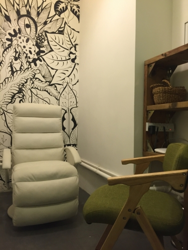 工作室雖然不算大,但舒適放鬆的空間令人很自在。