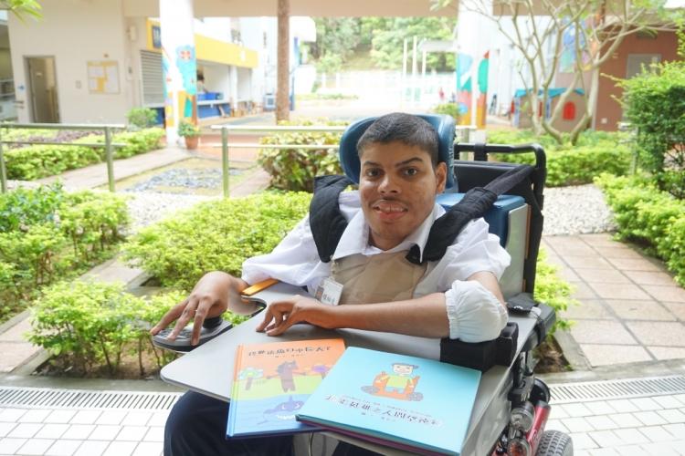 紅十字的特殊學校的中五學生摩菲亞患先天性肌肉萎縮症,他推出了兩本繪本故事書,鼓勵大眾勇敢面對挑戰及困難。