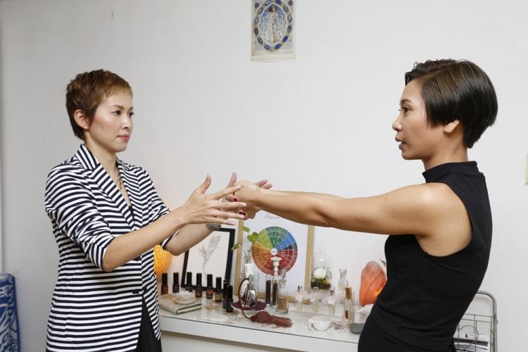 Sharon 示範如何利用「老虎鉗」引導求助者聆聽催眠師的指令並進入催眠狀態。