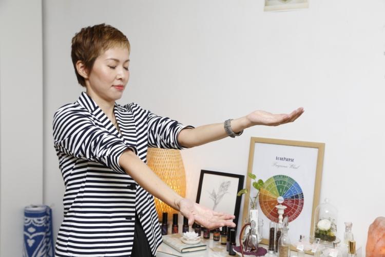 Sharon 示範「手臂升降」的引導方法。