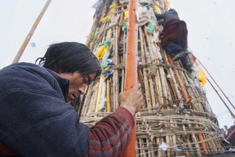插箭是高原上牧民向山神祭祀的儀式,男子手執長箭,供奉神明。