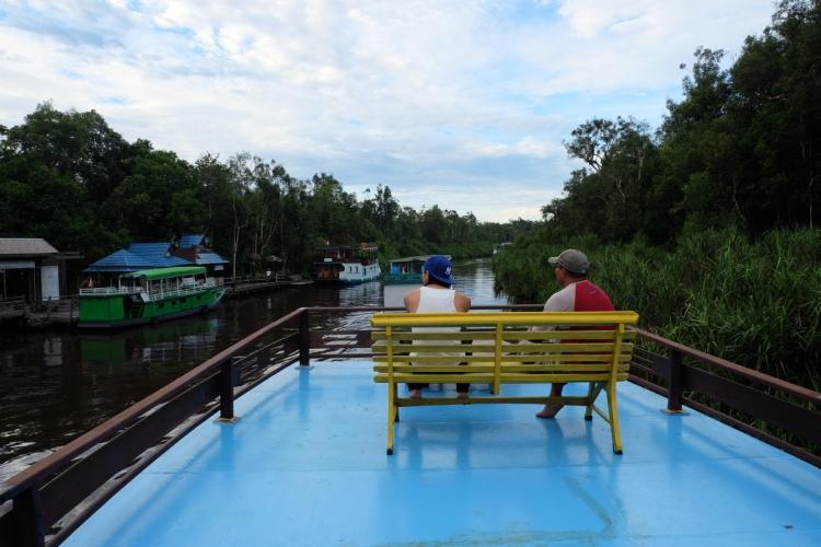 木船沿河航行,嚮導分享在國家公園內與野生動物相處的經歷。
