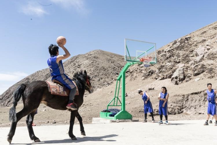 牧民從小騎馬,在馬背上投籃,對他們來說輕而易舉。