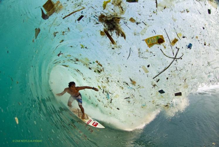 印尼滑浪好手Dede Surinaya於爪哇滑浪時,幾乎被海洋垃圾吞噬。( Credit: Zak Noyle, 2012 )