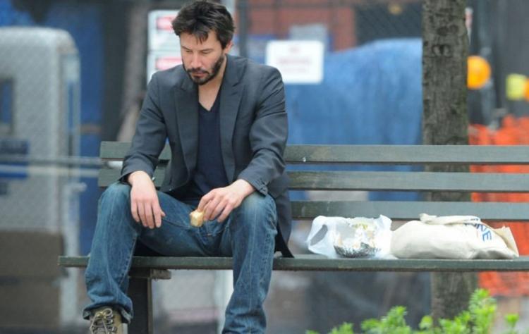 2010年被拍得獨自坐在公園吃三文治,隔住個mon都感受到那份孤單。