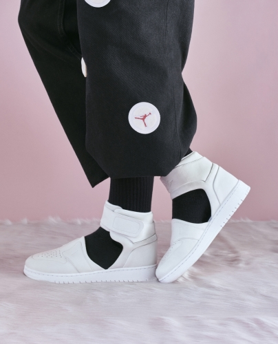AJ1 LOVER XX $1199 :奢華天鵝絨裡料,鑄模的內楦以及傾斜鞋領設計貼合雙足,同時展現女性氣息。