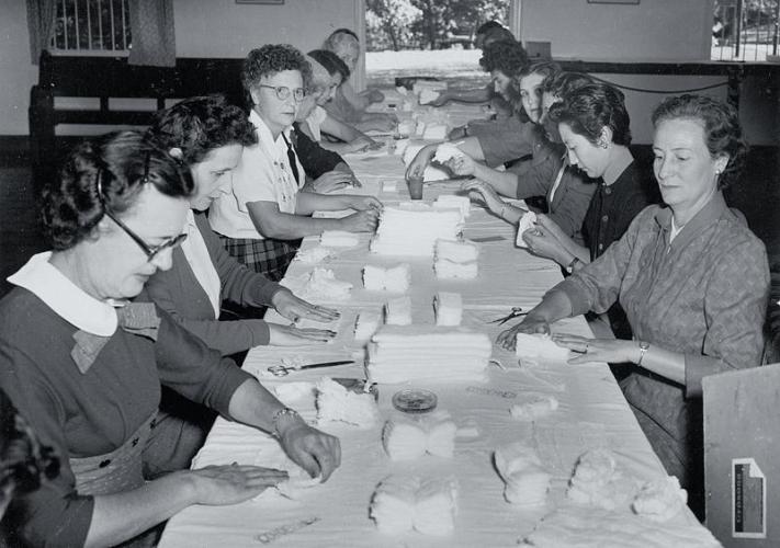 50年代,香港紅十字會成立義工婦女工作隊,為政府醫院摺製紗布