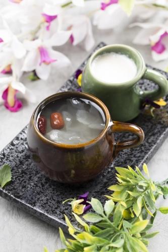 「蛋白杏仁茶」及「天山雪蓮燉雪耳」