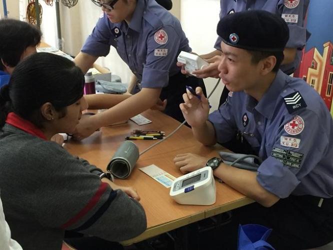 紅十字青年團的成員學習急救和健康護理等知識,以幫助有需要的人