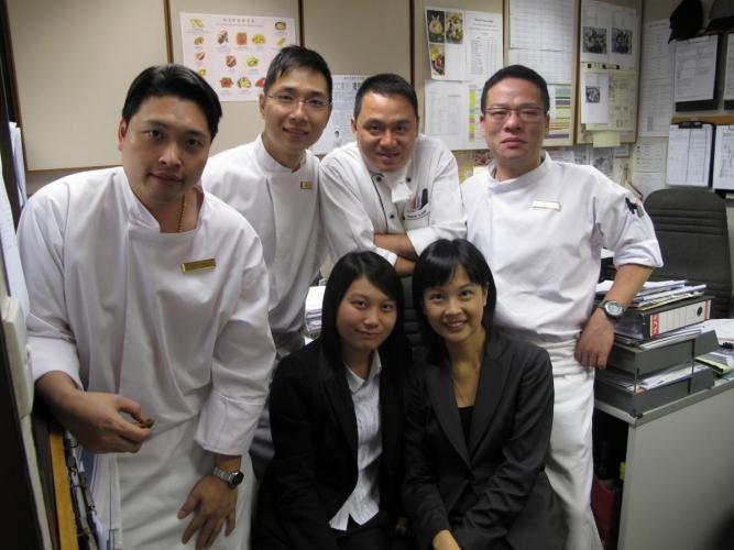 第一份酒店公關工作時跟大廚們合照