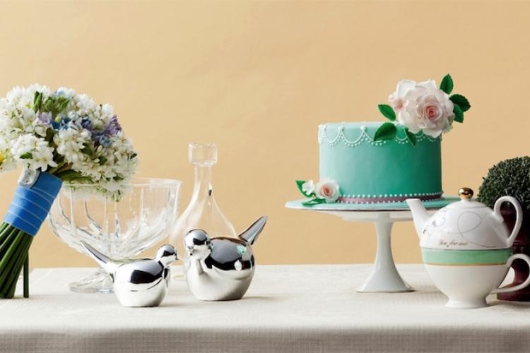 選用粉綠色綴鮮花裝飾的結婚蛋糕,感覺清新怡人。