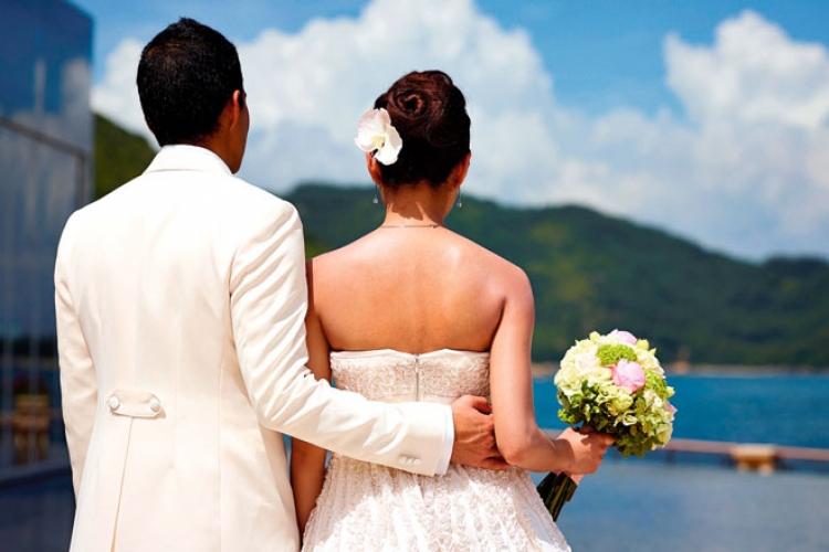 愉景灣景色怡人,藍天白雲仿如為婚禮送上祝福。