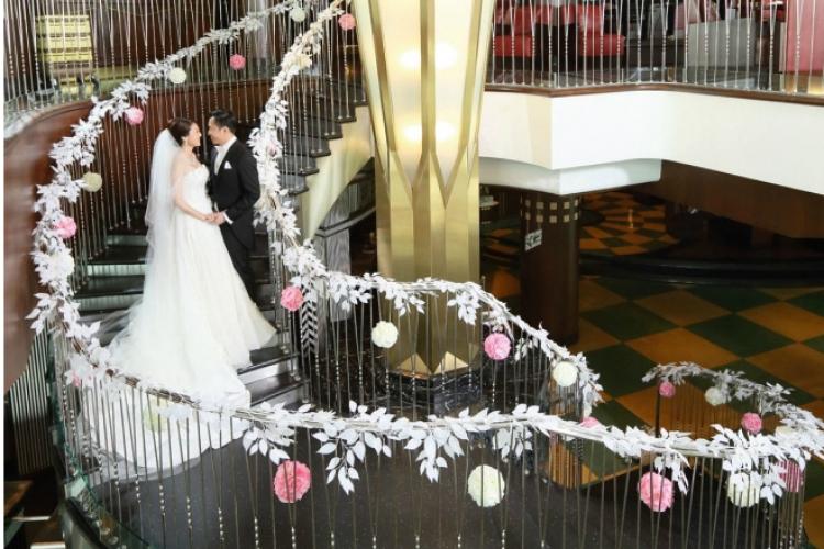 連接上下兩層用餐區的大型螺旋樓梯,亦為一對新人展示愛情之地。