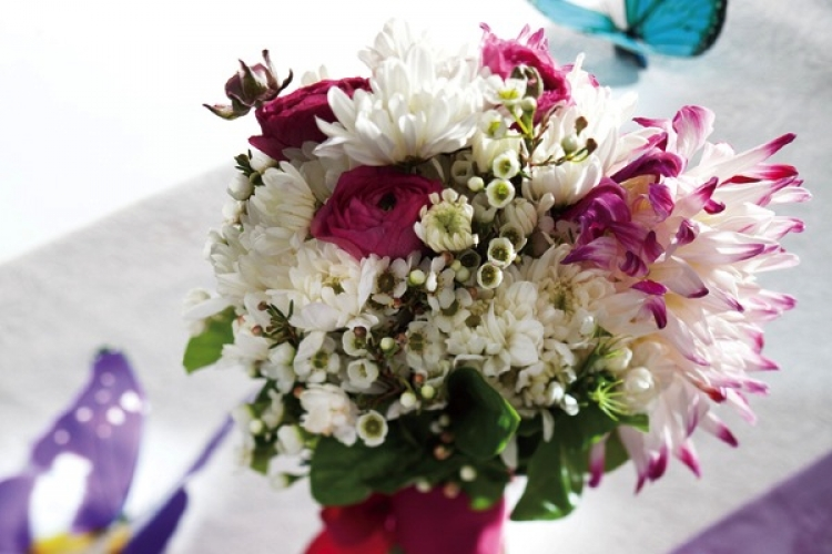 紫色萬代蘭、藍拼綠繡球花,可為冬日婚嫁平添不少美意。