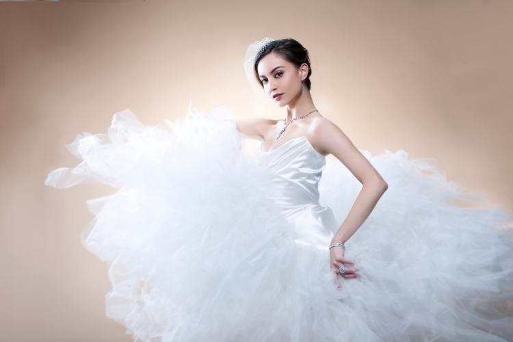 身邊很多的朋友都在籌備婚禮, 我經常陪伴他們試婚紗, 見到他們在穿上婚紗後的甜蜜樣子, 我會很享受。