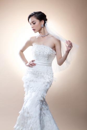 選擇婚紗最重要是剪裁貼身,一個好的剪裁可以突出身體的線條,例如提昇臀部,以及拉長自己的高度。