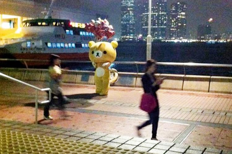 我看見橋上一隻大鬆弛熊在派氣球,可能當時我太疲累,沒深究為何街上會有鬆弛熊,卻上前去拍照。