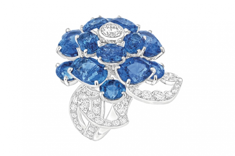CHANEL Fine Jewellery Camelia Ocean ring in 18K white gold with diamonds (price upon request)