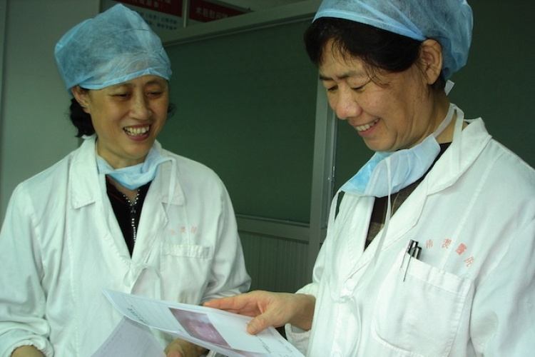 在創建「消滅宮頸癌示範鎮專案」中與基層醫生討論病例。