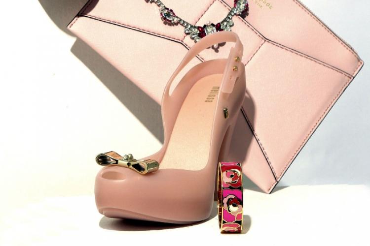 Melissa 金蝴蝶結粉紅色露趾高跟鞋 $1,200;Kate Spade 粉紅色和蝶結 clutch 售價待定;粉紅色玫瑰花金手鐲 $1,700;Swarovski 粉紅拼銀色水晶頸鏈 $2,500