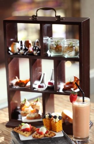三層架的美點另外還包括藍莓甘筍蛋糕、香橙朱古力法式杏仁餅、以小巧玻璃杯盛載的焦糖蘋果金寶及蛋白餅以及紅酒及紅桑子果蓉巧製的自家製軟糖等。