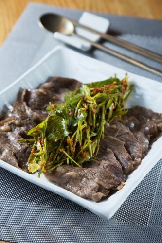 嫩煎薄切韓國牛腩伴香蔥神仙草沙律($398)