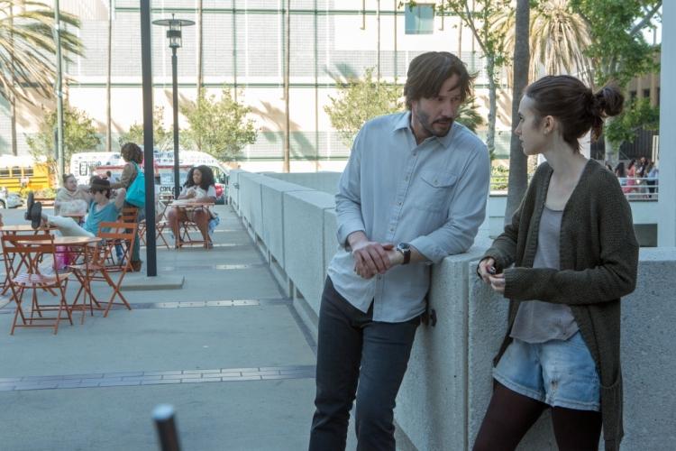 在Netflix新片《深刻入骨》內飾演專門治療厭食症患者的醫生。