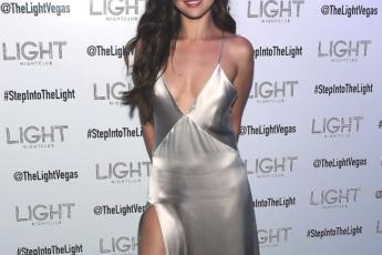 銀色睡衣版:Selena Gomez