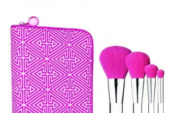 粉紅色化妝掃套裝內附4款限量版紫紅色化粧掃,包括碎粉掃、胭脂掃、眼影掃及眼線掃,幾何圖紋拉鍊收納袋堤式時尚。HK$450