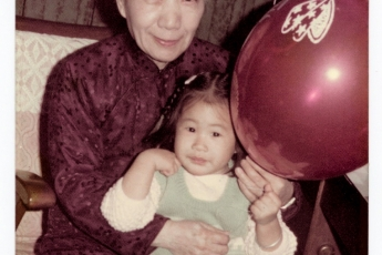 2歲時陳宇慧和祖母譚祥女士合照。
