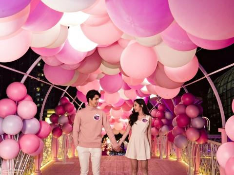 「圓滿彩雲橋」100呎長的橋上掛著逾300個不同粉紅色系的氣球。