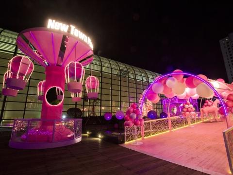 「夢幻迴旋熱氣球」在20呎高的天際中及一片粉紅光中高低旋轉。