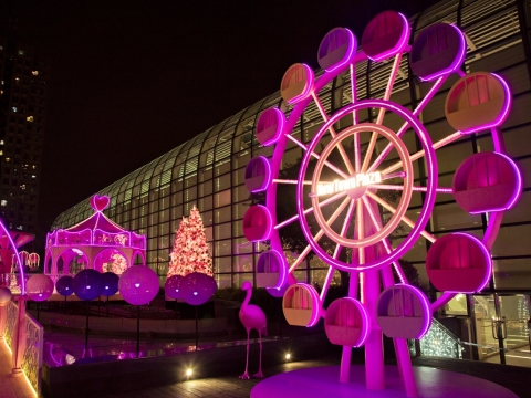 「彩虹旋轉摩天輪」20呎高的巨型摩天輪上有14個粉彩色的包箱。
