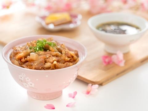 粉紅丼飯碗適合盛載豚肉生薑燒丼飯。HK$598