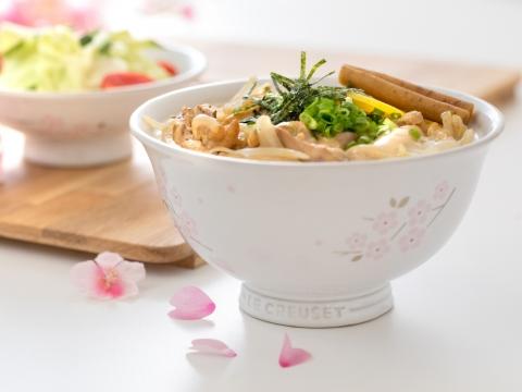 亮白陶瓷日式丼飯碗適合盛載滑蛋雞肉親子丼。HK$598