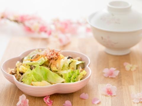 花形盤底部貼上櫻花圖案,適合配上日式炒雜菜。陶瓷花形盤兩件裝包括Chiffon Pink及White。HK$668