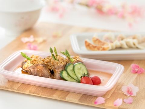 長方形碟底部印有櫻花圖案,適合配上日式小食,顏色選擇包括White或Chiffon Pink。HK$368/件
