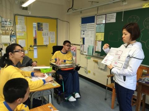特殊學校的老師要為每個同學度身訂造教學方法,訂一個他們能力所及的標準,要付出很多努力和心機。