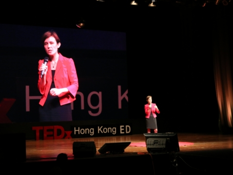安白麗在TED Talk上分享辦學理念。
