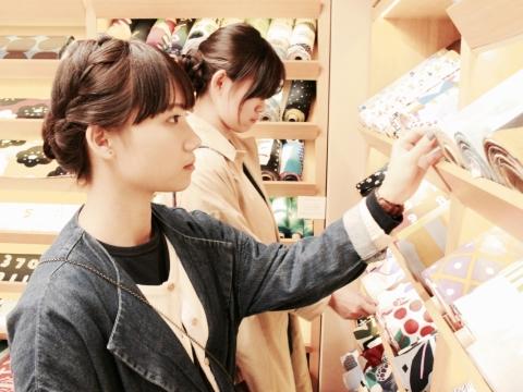 她們到日本旅行都不忘挑選布料。