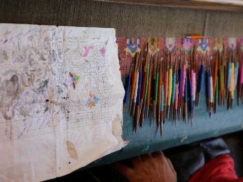 師傅會用150至200支竹籤編織成一條披肩。