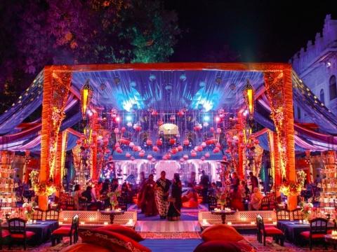 印度的傳統婚禮非常盛大,窗簾都是由蘭花砌成。