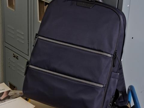 Everete系列以斜紋尼龍質料打造,配以PU前袋,設有獨立儲存電腦間格,適合商務休閒裝扮。Everete背囊大尺吋 (深海軍藍色) HK1,380