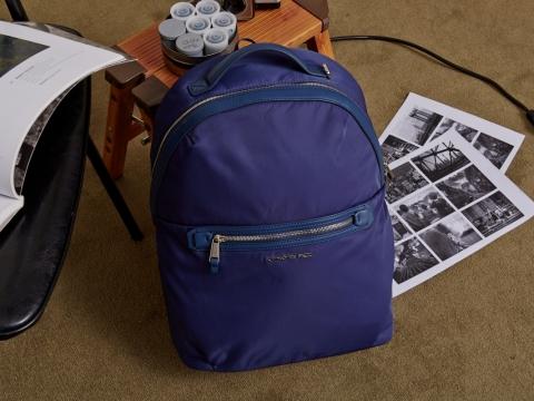 Carleigh系列背囊外形優雅圓潤,用織料打造並以PU鑲邊。為滿足商務用途,設有精緻隱藏側袋和13寸筆記本電腦儲存空間。Carleigh背囊 (備有亮麗藍色和黑色) HK$1,280