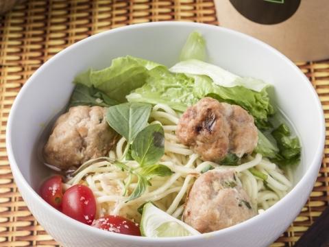 HAWKR的新鮮湯麵杯以有機湯底及香料加上已煮熟的粉麵及新鮮蔬菜,無論在店內或辦公室,只需加水再加熱即能品嚐到熱騰騰的湯麵 。