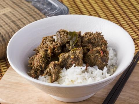 熱食午餐選擇包括印尼爪哇牛肋條飯(HK$68)、泰式青咖哩雞飯(HK$66)及泰式香茅清雞湯(HK$35),所有菜式均用上人手調和的香料及自家特製香料醬。