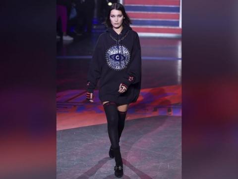 Bella Hadid身穿黑色oversized hoodie 配黑色過膝長襪。
